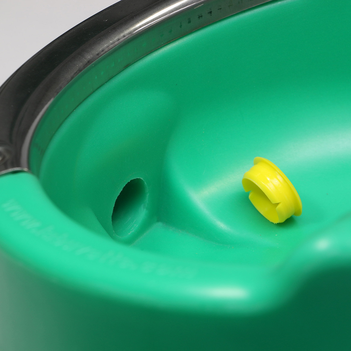 Easy cleaning with drain plug removable without tool